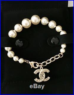 AUTH BNIB CHANEL Costume PEARL Bracelet GOLD TONE Chrystal Strass CC Logo Charm